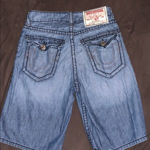 PRE-OWNED  MENS TRUE RELIGION SHORTS SIZE  31.